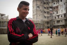 Omar, an 11-year-old Palestinian schoolboy, lives in the Palestinian refugee camp of Shatila. He dreams of life as a professional footballer.