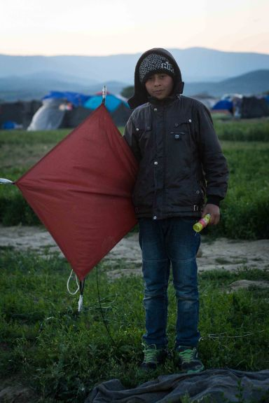 A young kite-flyer in Idomeni camp